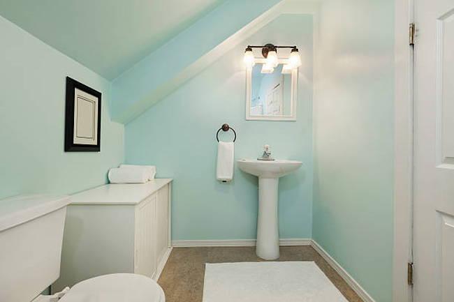 colorful-little-bathroom