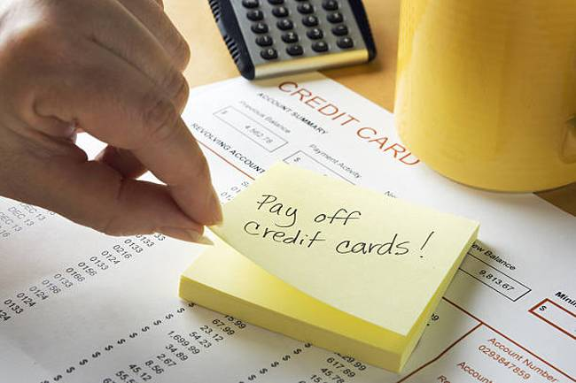adhesive-note-reminder-for-credit-card-debt-bill-financial-problem